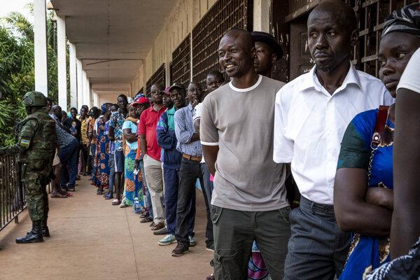 Ľudia v Stredoafrickej republike čakajú pred volebnou miestnosťou.