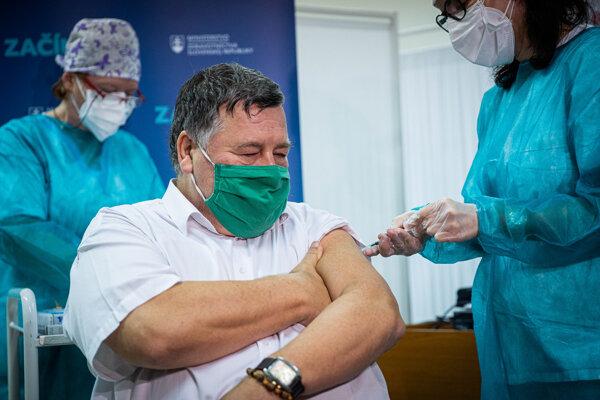 Ako prvý dostal vakcínu proti covidu profesor Krčméry.