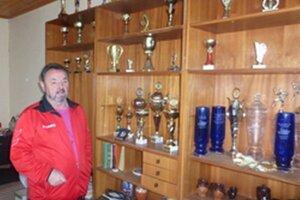 Ivan Ivanov pri vybraných trofejach, ktoré získal ako tréner.
