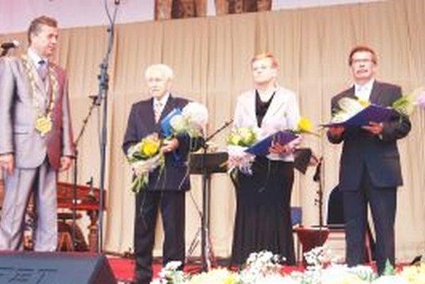 Jozef Dvonč odovzdal Ceny primátora (zľava) Štefanovi Košovanovi, Šarlote Drahošovej  a Vladimírovi Došekovi.