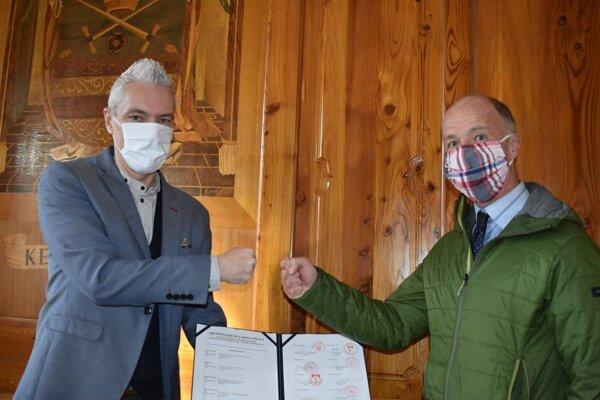 Ján Ferenčák (vľavo) po podpise memoranda.