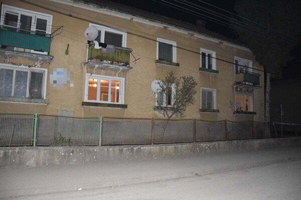 Bytový dom, v ktorom bolo nájdené telo zavraždeného muža.