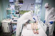 Lekári sa starajú opacienta sochorením Covid-19 na Jednotke intenzívnej starostlivosti na Pľúcnej klinike vmartinskej nemocnici. (24.4.2020)