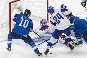 Samuel Hlavaj zasahuje v zápase Slovensko - Fínsko na MS v hokeji do 20 rokov 2021.