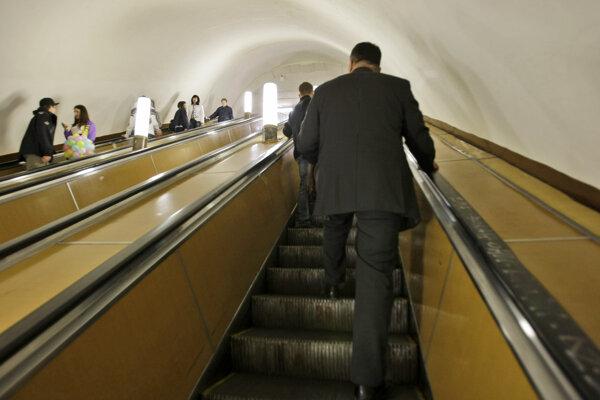 Cestujúci sa vezú na eskalátoroch v metre na moskovskej stanici Lubjanka na archívnej snímke z 18. mája 2008.