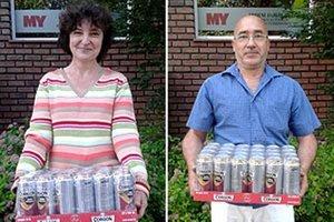 Kartón piva si rozdelili víťazi 13. kola. Vľavo Mária Krasňanská z Nových Sadov, vpravo Andrej Hudec z Čeľadíc, partner Evy Daniovej.