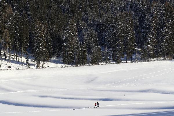 Ľudia sa prechádzajú v čerstvo napadnutom snehu v severotalianskom regióne Južné Tirolsko.