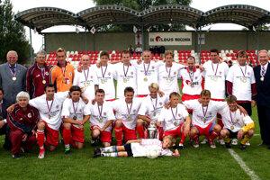 Mužstvo ŠK Eldus Močenok v júni 2005.