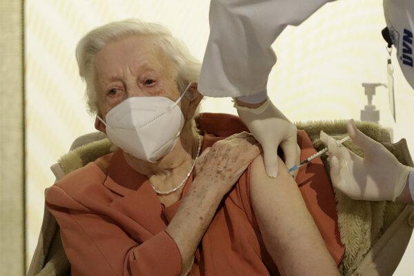 Očkovanie je veľmi dôležité najmä v zariadeniach sociálnych služieb, ktoré sa prevažne starajú o seniorov. Ilustračné foto.
