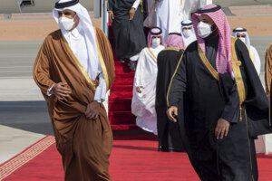 Saudskoarabský princ Mohammed bin Salman (vpravo) počas stretnutia s katarským šejkom Tamimom bin Hamad al-Thanim.