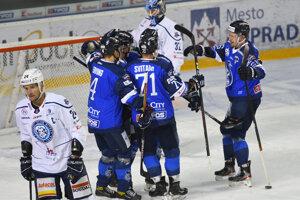 Hokejisti Popradu sa tešia zo streleného gólu.