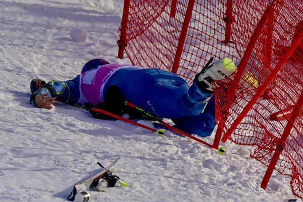 Na snímke zranený americký lyžiar Tommy Ford po páde v 1. kole v obrovskom slalome mužov v rámci Svetového pohára v alpskom lyžovaní v švajčiarskom Adelbodene.