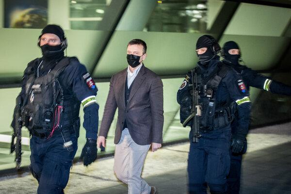 Jaroslav Haščák v sprievode polície.