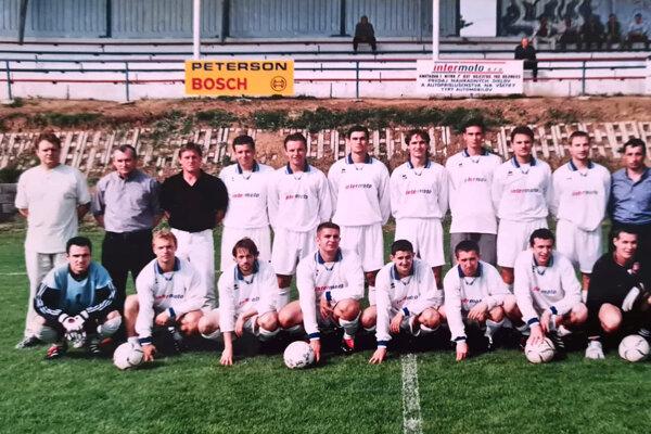 Mužstvo Močenka z roku 2002. V hornom rade zľava Ladislav Benčík (vedúci mužstva), Michal Slávik, Róbert Jež st. (tréner).