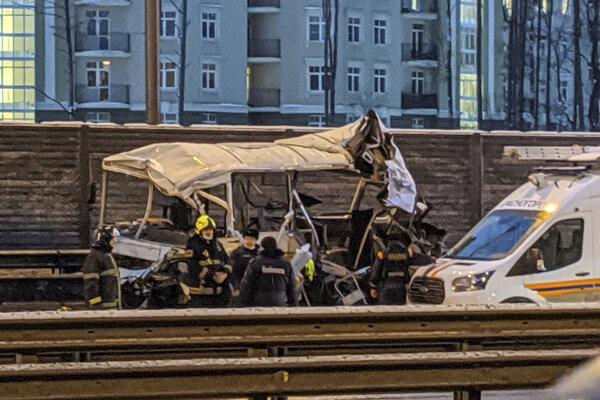 Hasiči a záchranári na mieste havárie kamióna a vojenského autobusu neďaleko Moskvy.