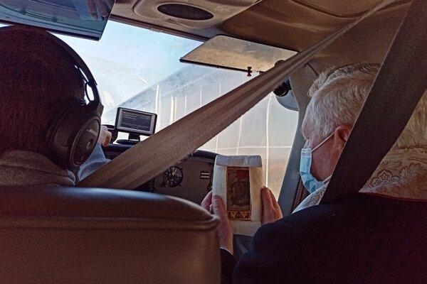 Generálny vikár v lietadle s relikviou.