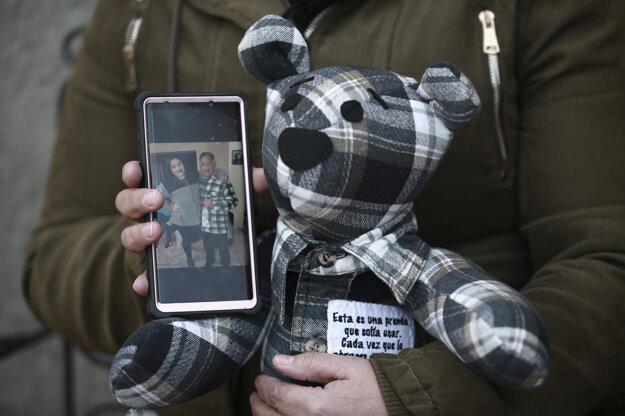 Araceli Ramirezová ukazuje plyšového medvedíka z flanelovej košele svojho  otca Lorenza Ramireza.