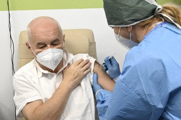 Jednou z možností, ako zrýchliť očkovanie je vakcinácia seniorov. Ilustračné foto.