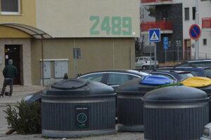 Obyvatelia Topoľčian produkujú až príliš veľa odpadu. V rámci Slovenska má mesto najvyššiu produkciu komunálneho odpadu, ktorá dosahuje objem 700 kg na obyvateľa ročne.