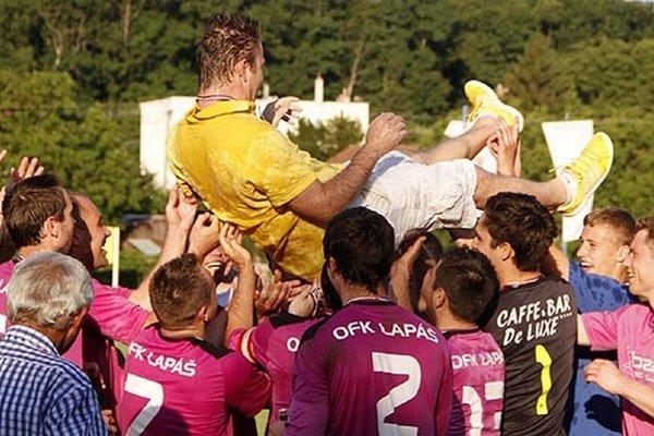 Nad hlavami hráčov sa ocitol tréner René Kramár.