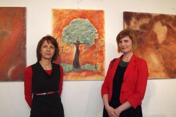 Tvorbu Márie Berecovej (vpravo) predstavila kurátorka Alena Piatrová.