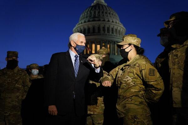 Americký viceprezident Mike Pence počas stretnutia s vojakmi Národnej gardy, ktorí boli povolaní strážiť americký Kapitol.