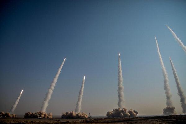 Irán vypustil v púšti niekoľko balistických rakiet.