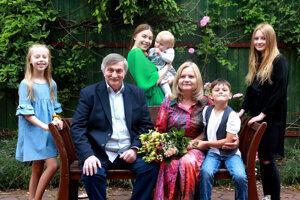 Ján Bartík s manželkou Annou a vnúčatami.