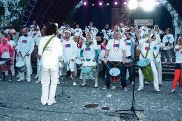 Na námestí hralo v sobotu večer vyše 60 bubeníkov.