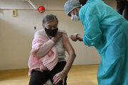 Eva Mathéová, bývalá riaditeľka Detskej nemocnice v Košiciach, manželka zosnulého významného košického sochára Jána Mathého, počas očkovania vakcínou proti ochoreniu Covid-19.