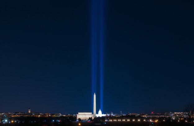 V noci pred inauguráciou Joea Bidena osvetlili National Mall vo Washingtone.