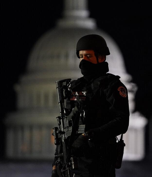 Policajt strážiaci Kapitol.
