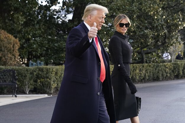 Donald Trump s manželkou Melaniou odchádza z Bieleho domu.