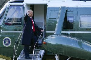 Odchádzajúci americký prezident Donald Trump máva z vrtuľníka Marine One počas odchodu z Bieleho domu 20. januára 2021 vo Washingtone.