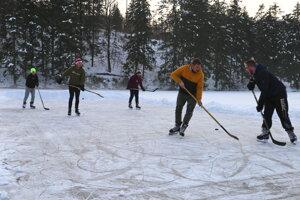 Hokejisti na tajchu Bakomi.