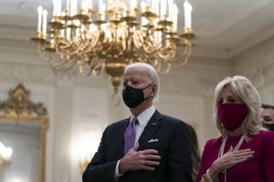 Joe Biden a jeho manželka Jill počas štátnej hymny počas inaugurácie nového prezidenta.