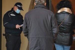 Mestský policajt postupne volal objednaných  ľudí na testy.