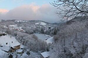 Pohľad na Moderštôlniansky tajch v časti obce Hodruša-Hámre, Kopanice.
