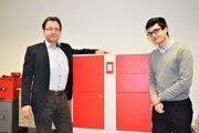 Za vznikom Centra rozvoja inovácií stoja Daniel Kojnok st. (vľavo) aDaniel Kojnok ml. (vpravo).Medzi nimi prototyp výdajného boxu, ktorý má šancu zlepšiť dodáva  apreberanie zásielok.