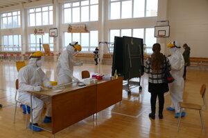 Poľskí zdravotníci počas celoplošného skríningu na ZŠ Námestie mladosti v Žiline.