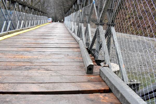 Utrhnuté bočnice mosta v Kysaku.