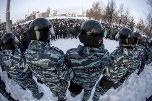 Policajti blokujú demonštrantov počas protestu proti väzneniu ruského opozičného lídra Alexeja Navaľného v Jekaterinburgu.