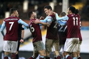 Hráči Burnley sa tešia po tom, ako Kevin Long strelil tretí gól do siete Mareka Rodáka z Fulhamu.