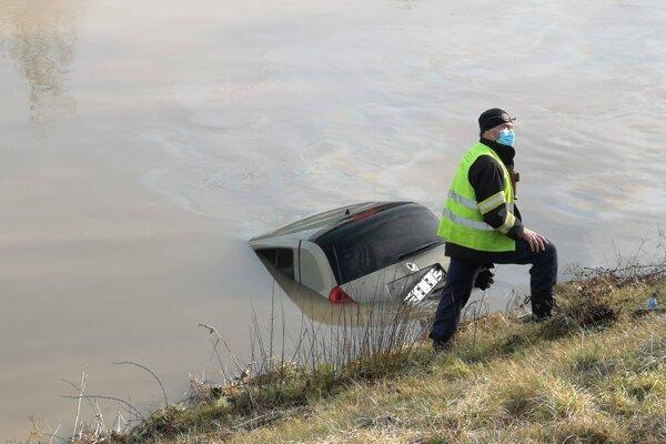 Policajti vytiahli z derivačného kanála auto. Bol v ňom mŕtvy muž.