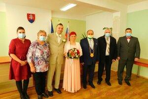Aj takúto podobu mali svadby v Krásne nad Kysucou. Pri novomanželoch primátor mesta Jozef Grapa.