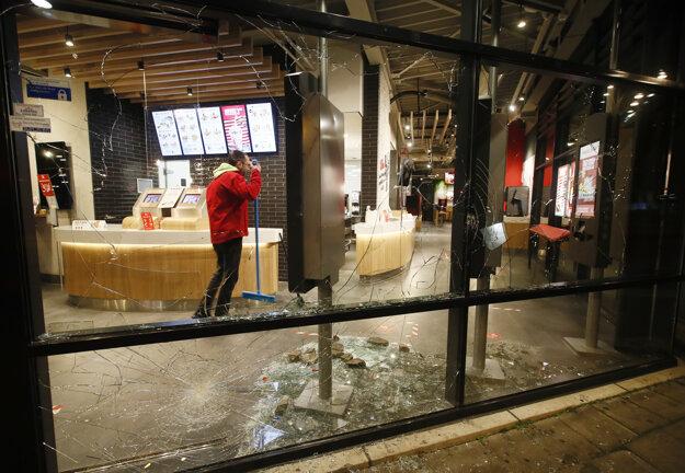 Rozbité okno na prevádzke rýchleho občerstvenia v holandskom meste Rotterdam po tom, ako vyčíňala skupina demonštrantov na protest proti zákazu vychádzania.