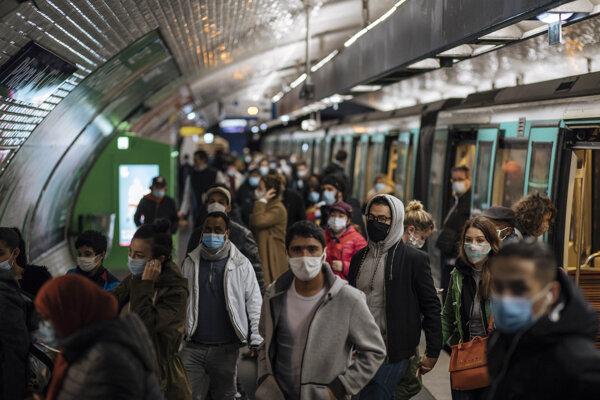 Cestujúci na nástupišti metra v Paríži. Francúzski zdravotníci odporúčajú ľuďom, aby počas pandémie koronavírusu v MHD nerozprávali a netelefonovali.