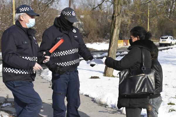 Pri kontrole dodržiavania opatrení na Luníku IX pomáha aj polícia.