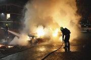 Hasiči dostávajú pod kontrolu požiar auta, ktoré v holandskom Haarleme podpálili demonštranti.