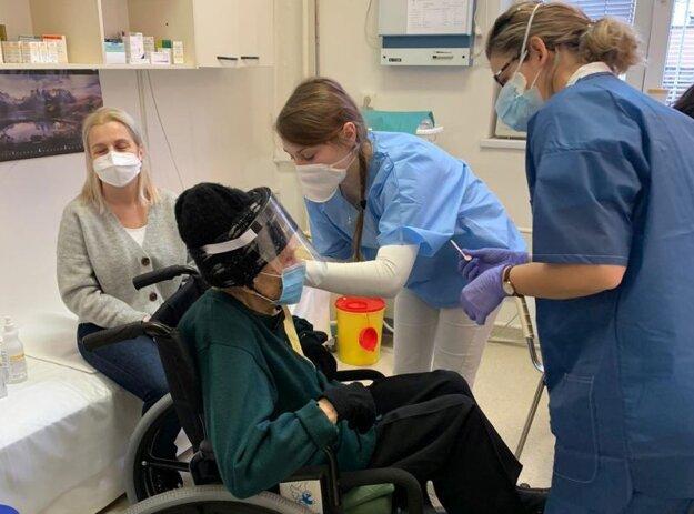 V Univerzitnej nemocnici Bratislava – v Nemocnici Staré Mesto vo štvrtok zaočkovali prvou dávkou vakcíny proti novému koronavírusu 104-ročnú Bratislavčanku - pani Vilmu.